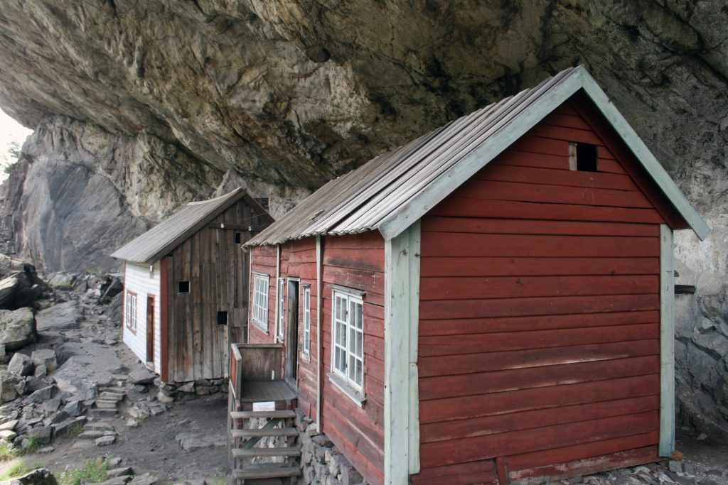 Hus under fjellet